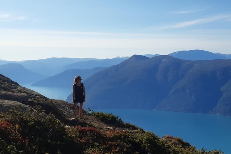 Uitzicht bij Mount Molden met op de achtergrond in mist gehulde bergtoppen